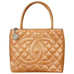 Chanel Médallion 224142 Orange Quilted Patent Leather Tote