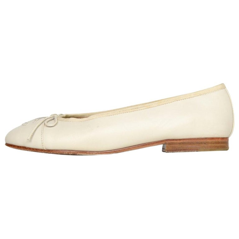 99523ef6fa88f Chanel Cream Leather CC Ballet Flats Sz 37 For Sale at 1stdibs