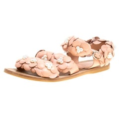 Chanel Beige Leder CC Kamelien und Kunstperlen, flache Sandalen Größe 39,5