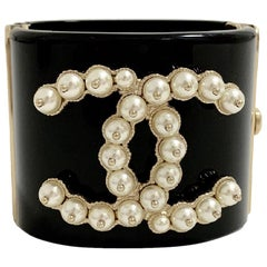 CHANEL Cuff Bracelet in Black resin and CC set with Pearls