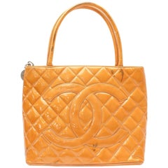 Chanel Médallion Quilted Zip 869582 Orange Patent Leather Tote