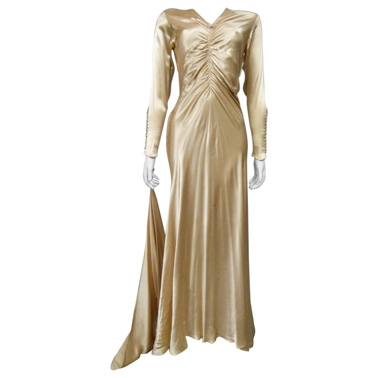 Wedding dress with big train in cream silk satin Circa 1935/1945 For Sale