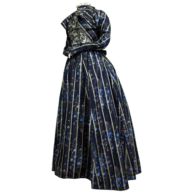 A Worth Historicism French Day Dress in Chiné Taffeta Circa 1900 For Sale