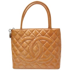 Chanel Médallion Quilted 865738 Orange Patent Leather Tote