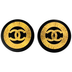 CHANEL VINTAGE Black & Gold Tone Enamel CC Logo Clip On Earrings - Season 26