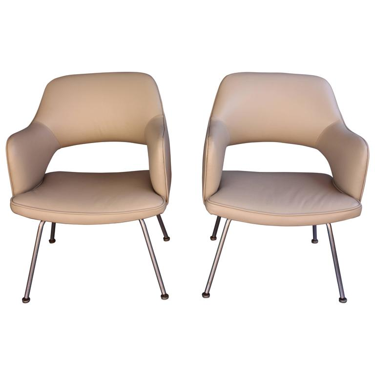 Pair Of Vintage Eero Saarinen Executive Chairs By Knoll For Sale