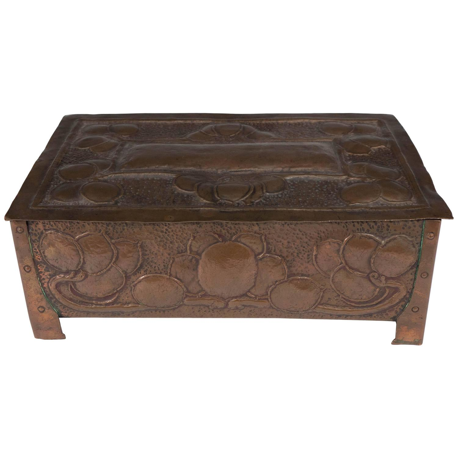 An English Early 20th Century Arts and Crafts Copper Box For Sale
