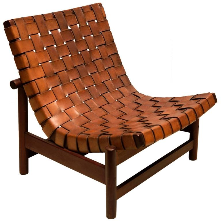 Merveilleux 1950s Lounge Chair In Woven Saddle Leather And Cuban Mahogany By Dujo, Cuba  For Sale