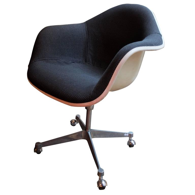 Eames designed chair edited and signed by mobilier for Mobilier international eames