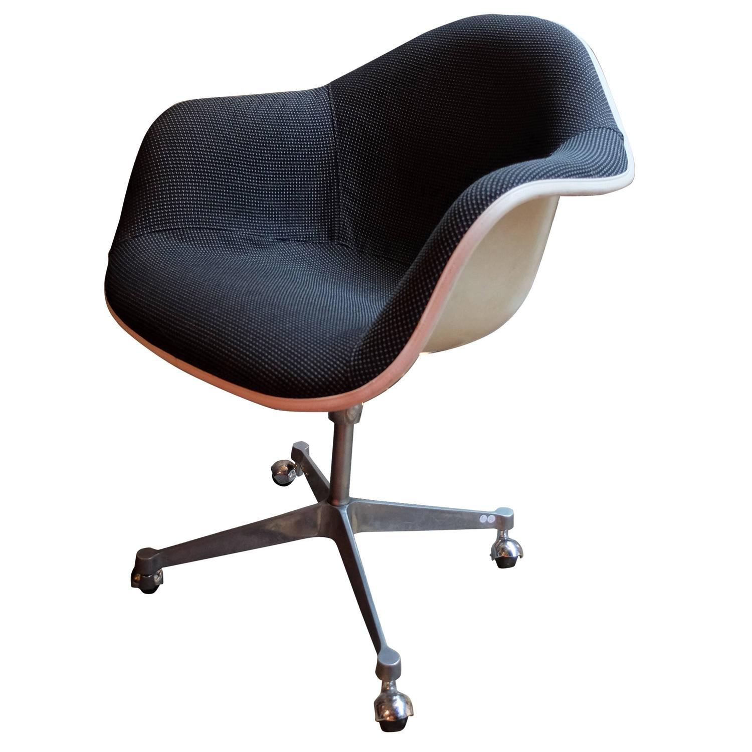 Eames designed chair edited and signed by mobilier for Eames mobilier