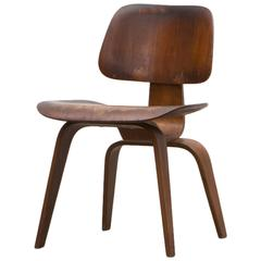 1940er Dunkelbrauner Nussbaum DCW Stuhl von Charles & Ray Eames