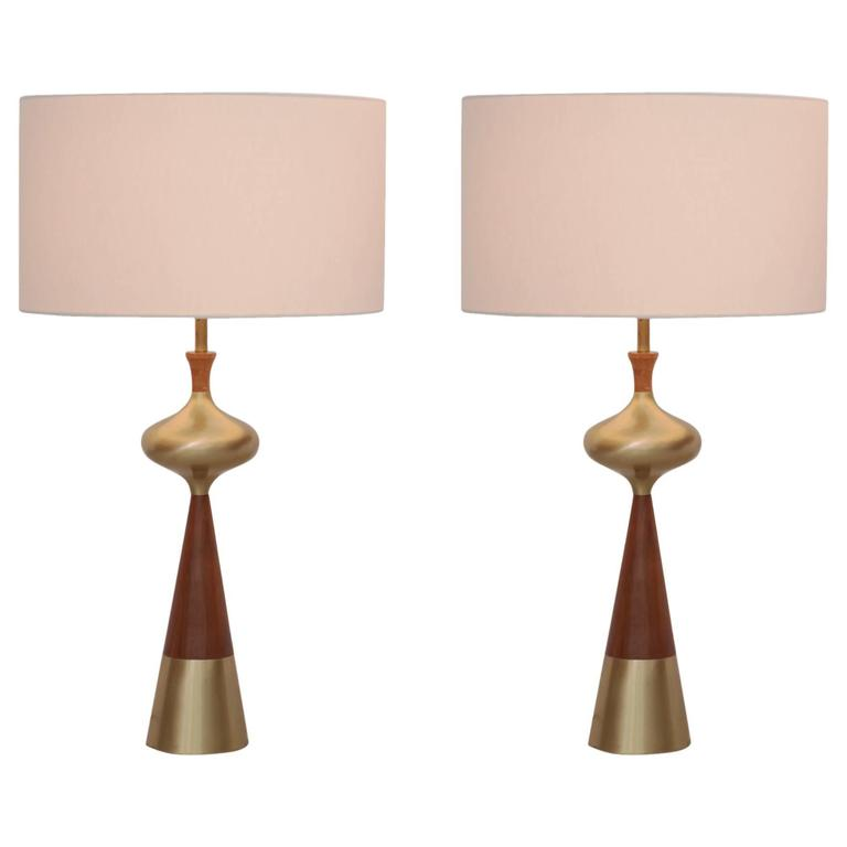 Superieur Set Of Two Table Lamps In Walnut And Brass By Tony Paul For Westwood, 1950s