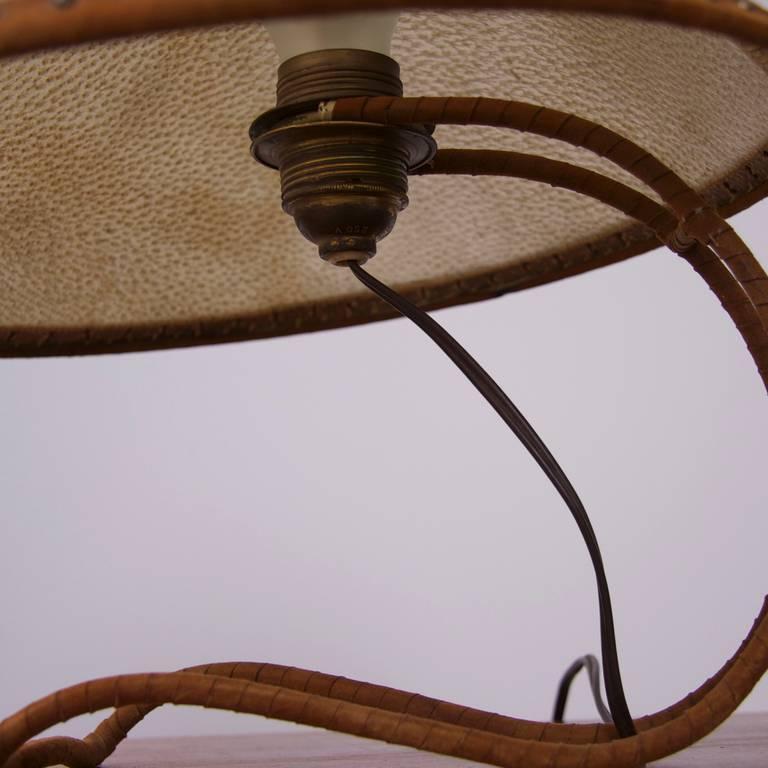 Tischlampe mit Schirm aus Leder, im Stil von Carl Auböck, Österreich 2