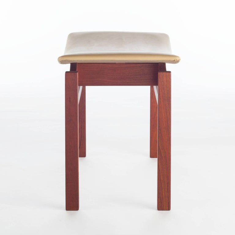 Mid-20th Century Set of Three Walnut and Leather Stools by Jens Risom, circa 1950s For Sale