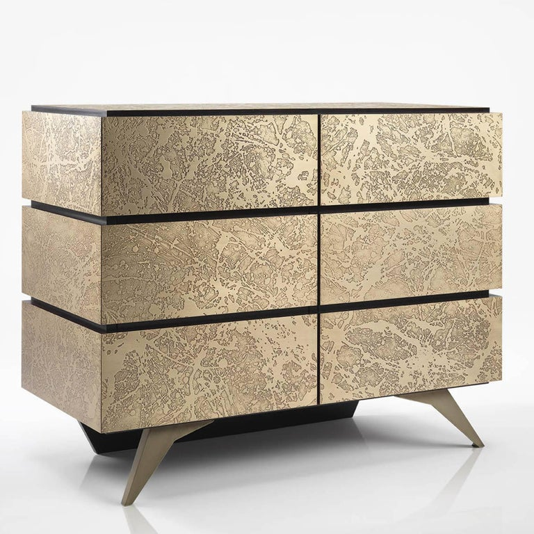 Striking and timeless, this exquisite sideboard will add luxury and style to a living room or dining room, thank to its Minimalist silhouette and the stunning details of its textured surface that play with the surrounding light unique ways. The