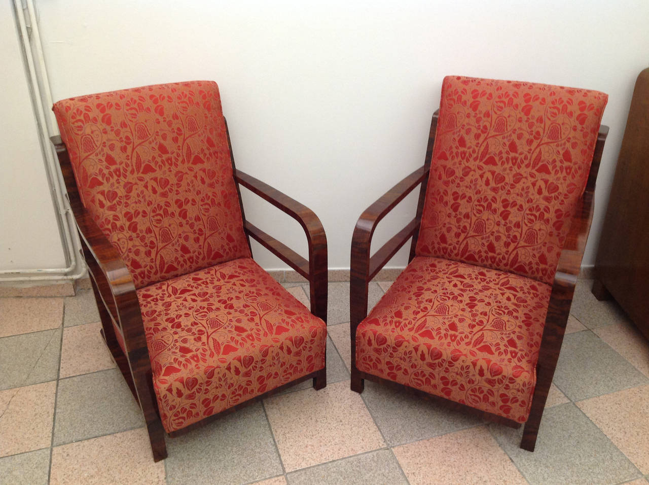 A pair of Art Deco armchairs, circa 1930. Softwood construction walnut veneer with S-hellcat finish New traditionally upholstery with inner springs and