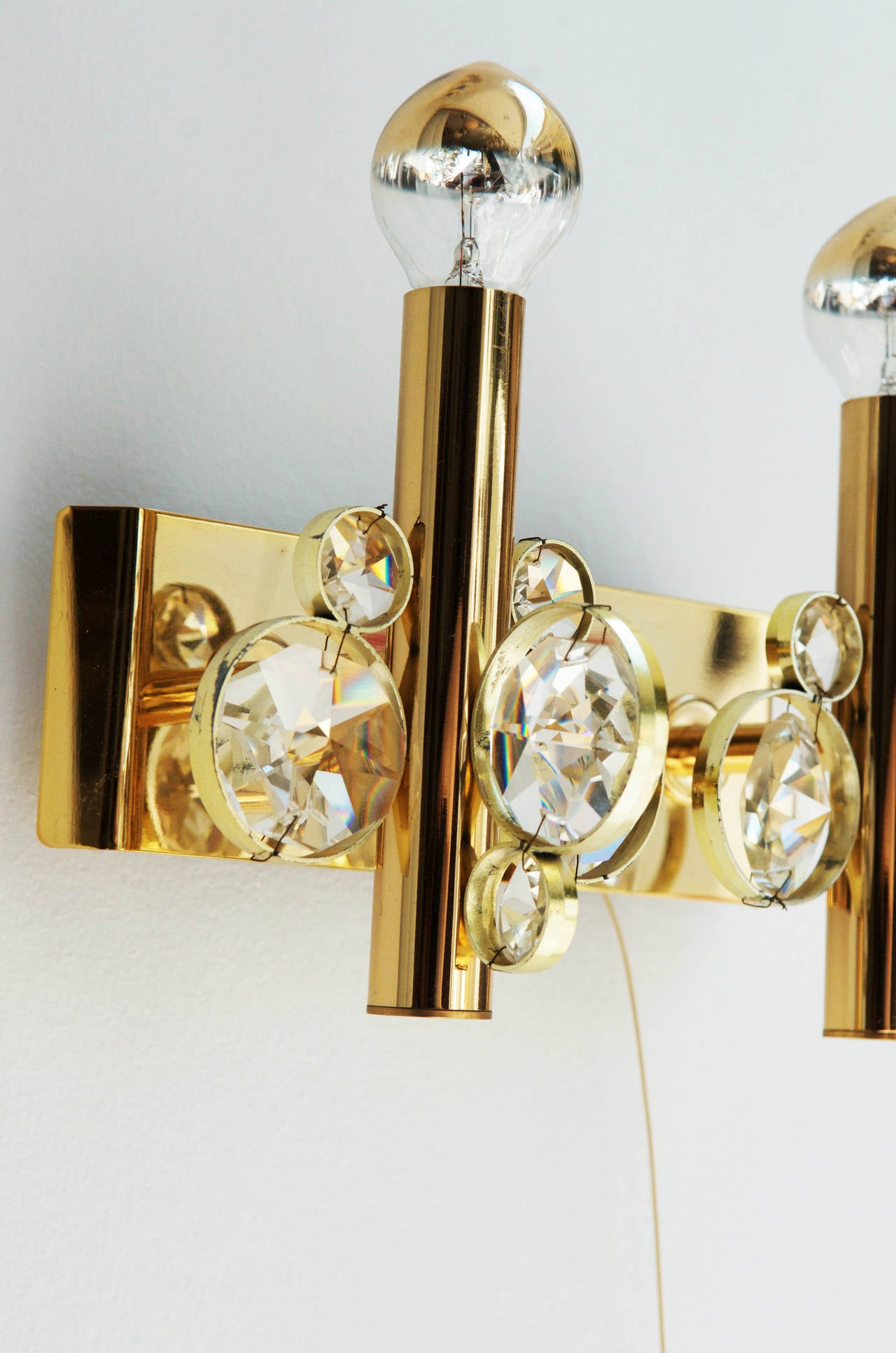 Impressive and stunning crystal wall sconce from about 1960s attributed to Gaetano Sciolari. Bras construction gold-plated. Electric with two lights sources. Dimensions: wide 30cm (11.81 in) height 20cm (7.87 in).