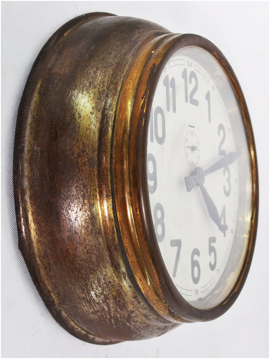 The clock is in perfect vintage condition, no major scratches, no glass scratched. Formerly a slave clock, it is now fitted with a modern quartz movement with a battery.