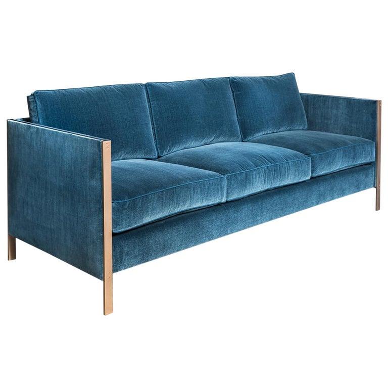 Armstrong Sofa mit Blauem Baumwollsamt und Messingrahmen 1