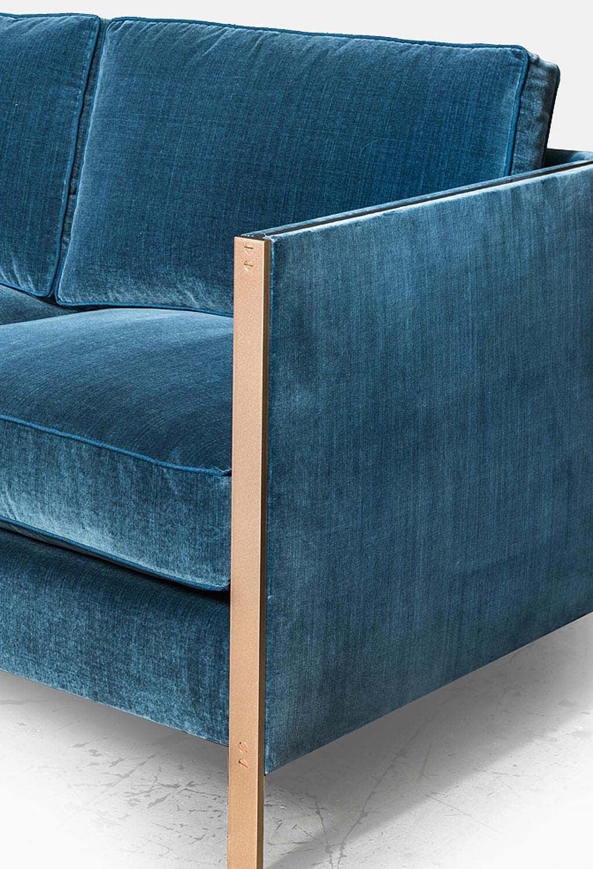 Armstrong Sofa mit Blauem Baumwollsamt und Messingrahmen 3