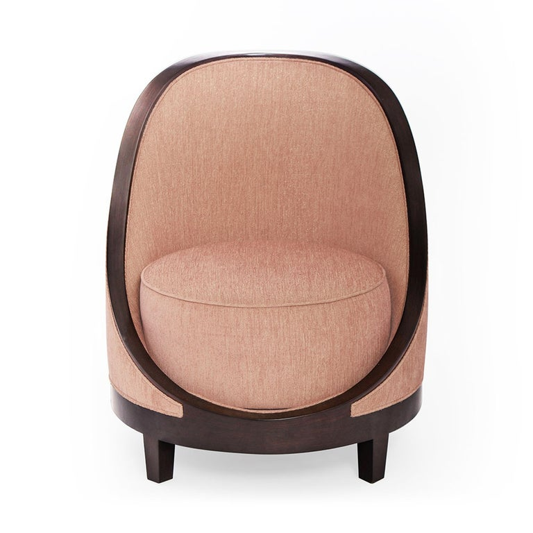 A charismatic piece, the Marmont accent chair I is an updated take on a French Art Deco boudoir chair. With a curved back, and round silhouette, this charming seat is fully upholstered and supported by a matte nished wood that ows in stunning and