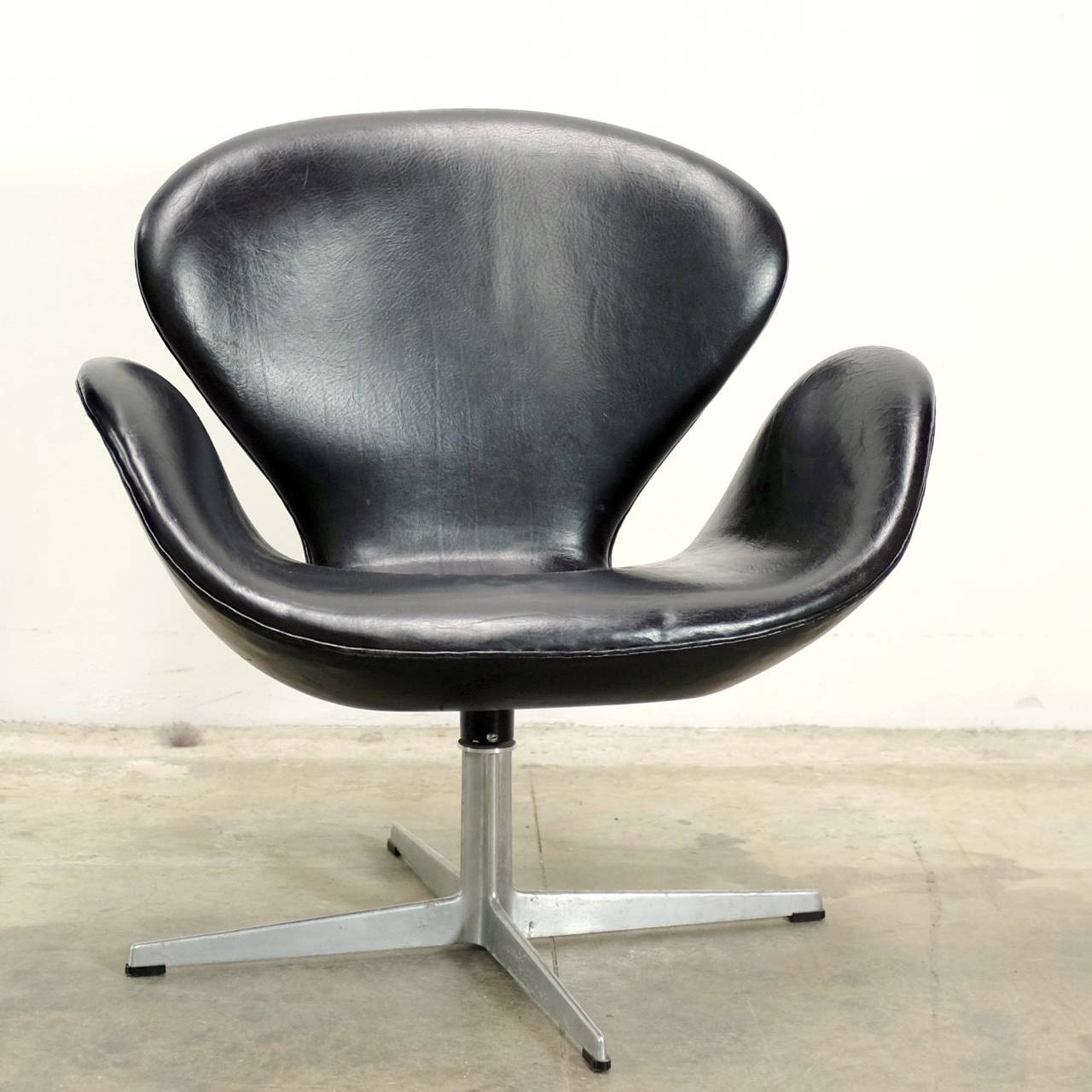 original arne jacobsen swan chair in black leather at 1stdibs. Black Bedroom Furniture Sets. Home Design Ideas