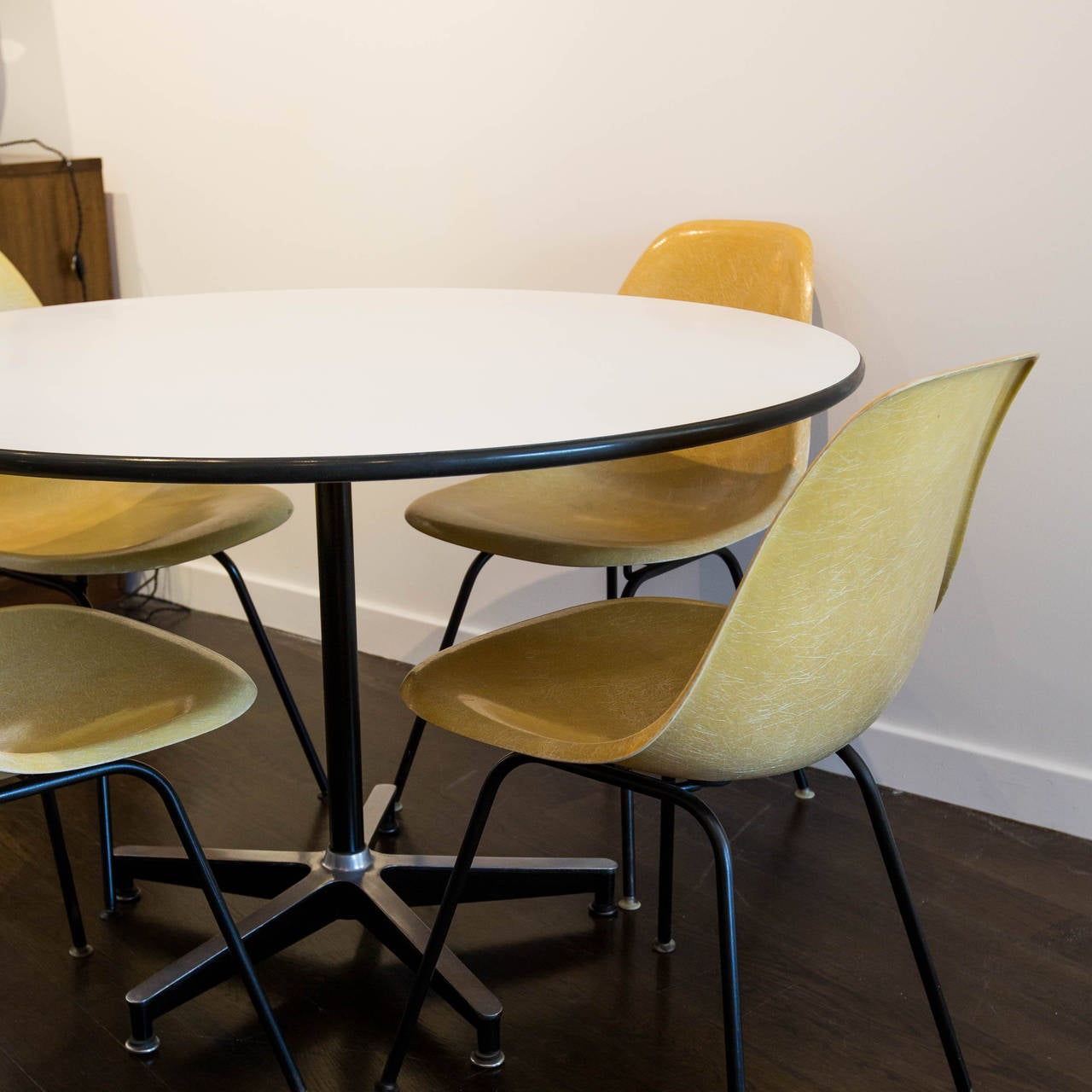charles eames 650 dining table and four shell chairs by herman miller 1957 at 1stdibs. Black Bedroom Furniture Sets. Home Design Ideas