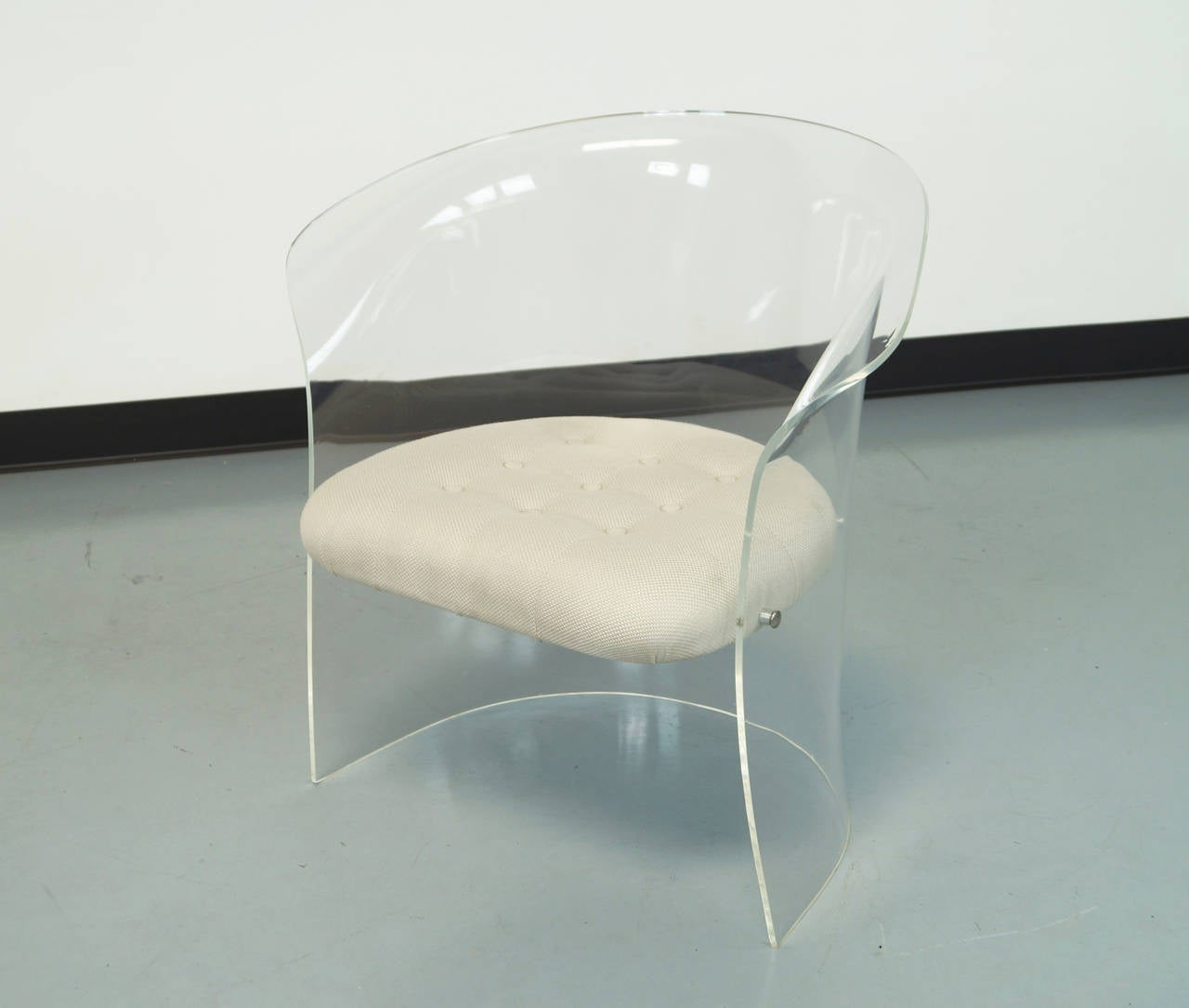 This Vintage Flexuous Lucite Chairs is no longer available.