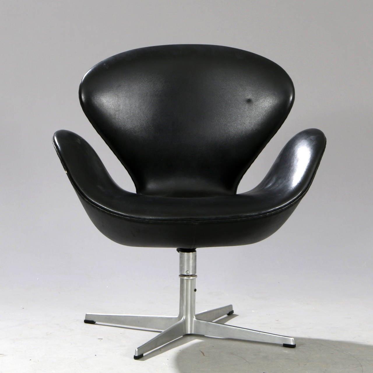 Swan chair jacobsen - Arne Jacobsen Swan Chair In Original Black Vinyl 3