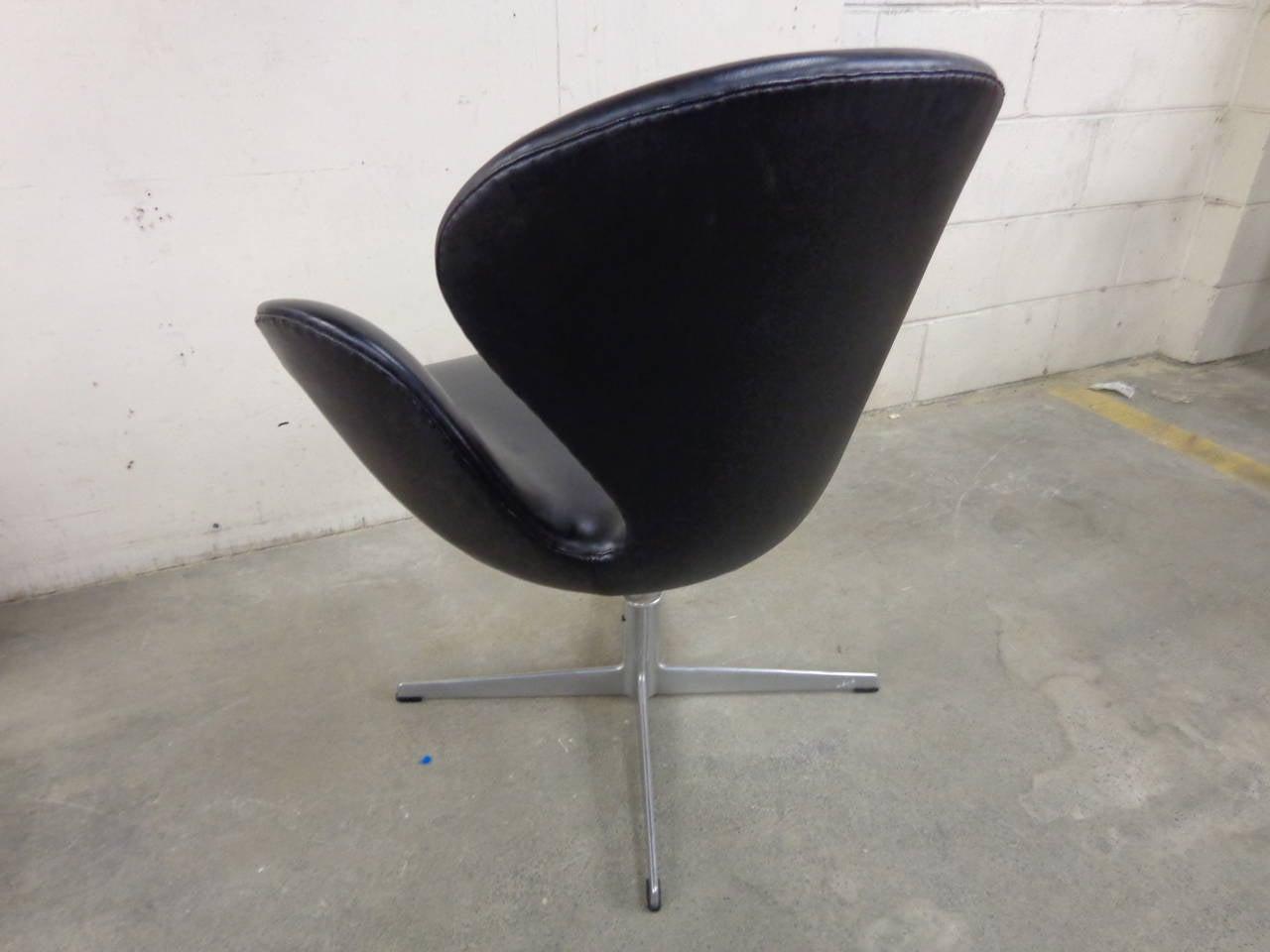 Arne jacobsen swan chair in original black vinyl for sale for Swan chairs for sale