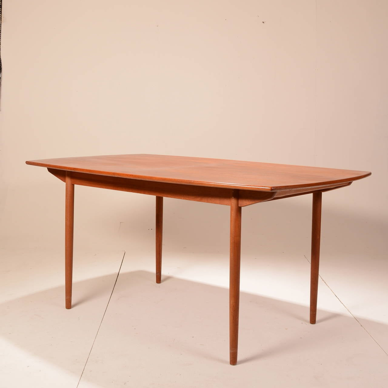 mid century modern teak extending dining table at 1stdibs. Black Bedroom Furniture Sets. Home Design Ideas