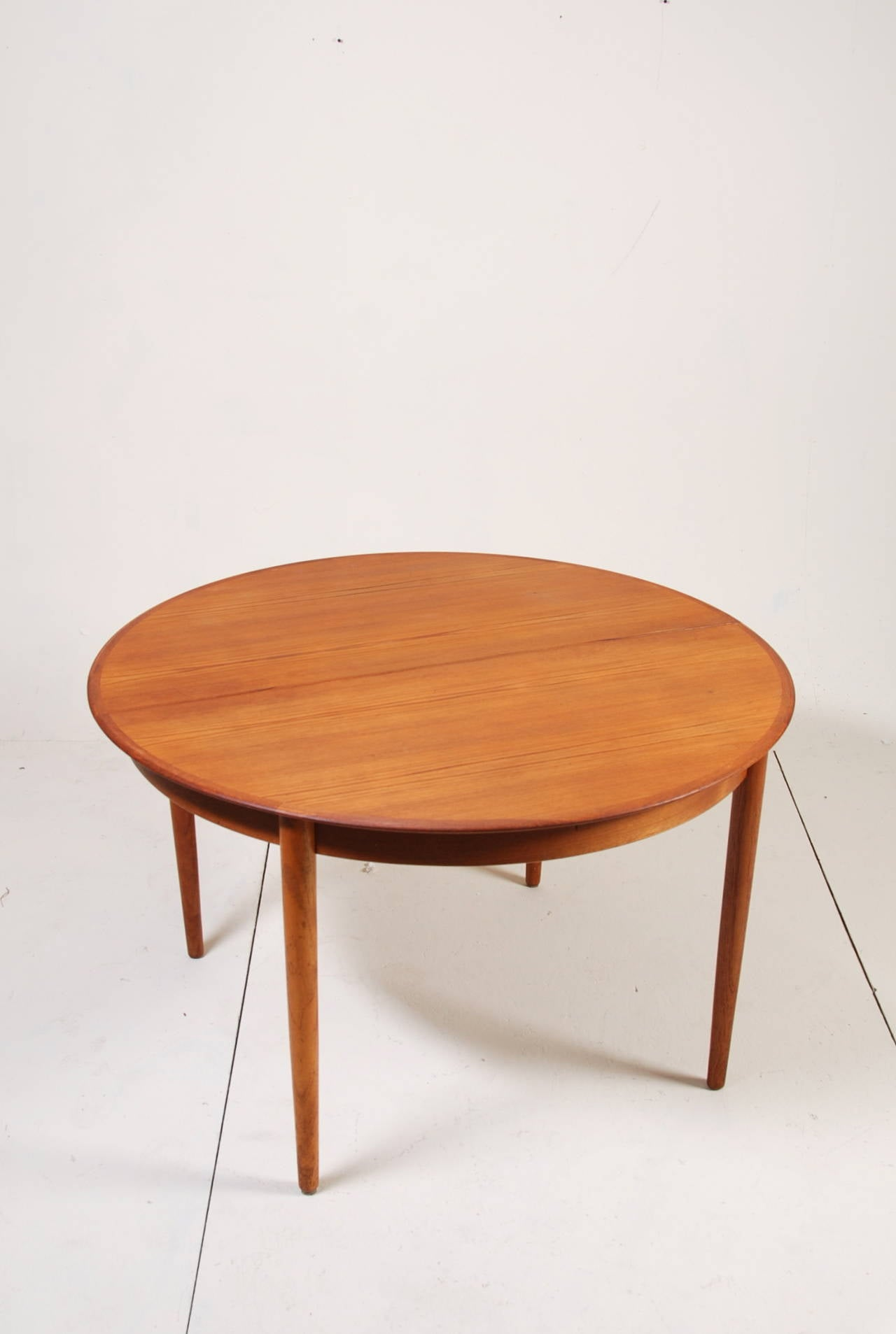 round danish modern teak dining table by dyrlund at 1stdibs. Black Bedroom Furniture Sets. Home Design Ideas