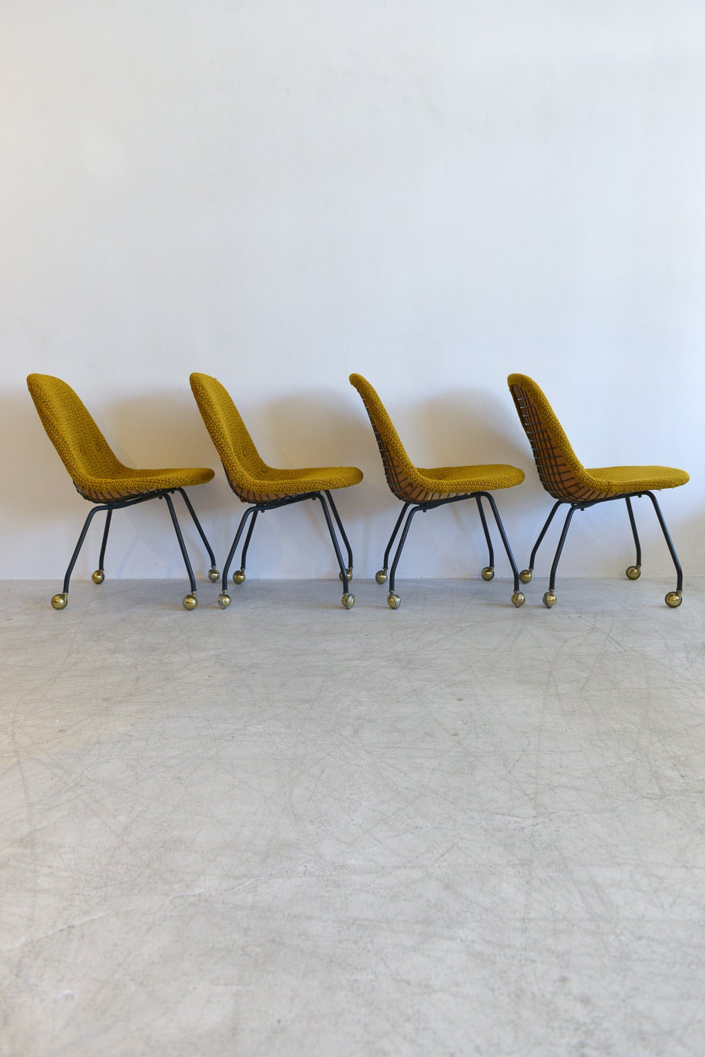 Charmant Rare Set Early Charles Eames Wire Mesh Chairs In Excellent Condition For  Sale In Costa Mesa