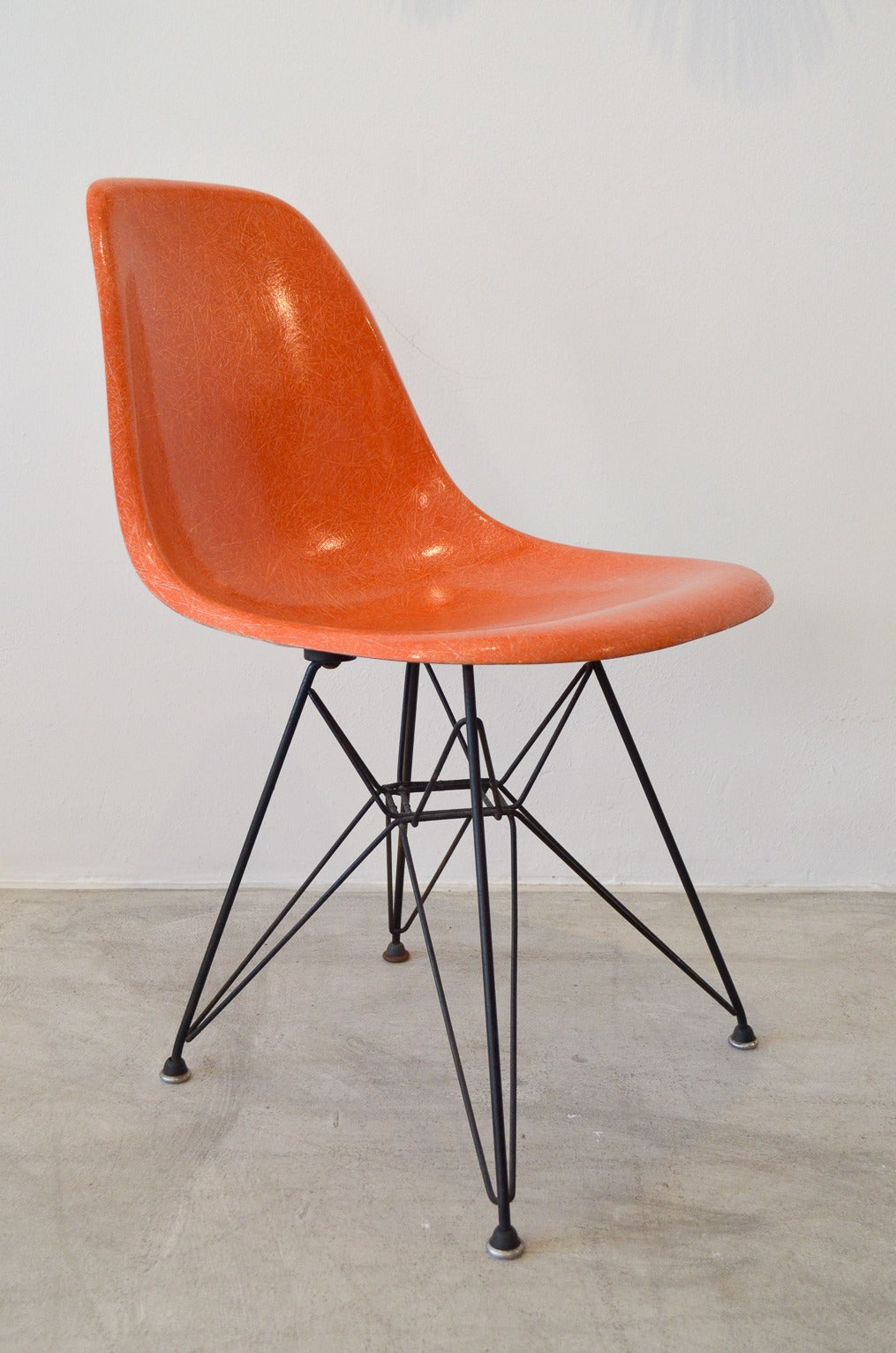 eames dsr fiberglass chair with wire base at 1stdibs. Black Bedroom Furniture Sets. Home Design Ideas