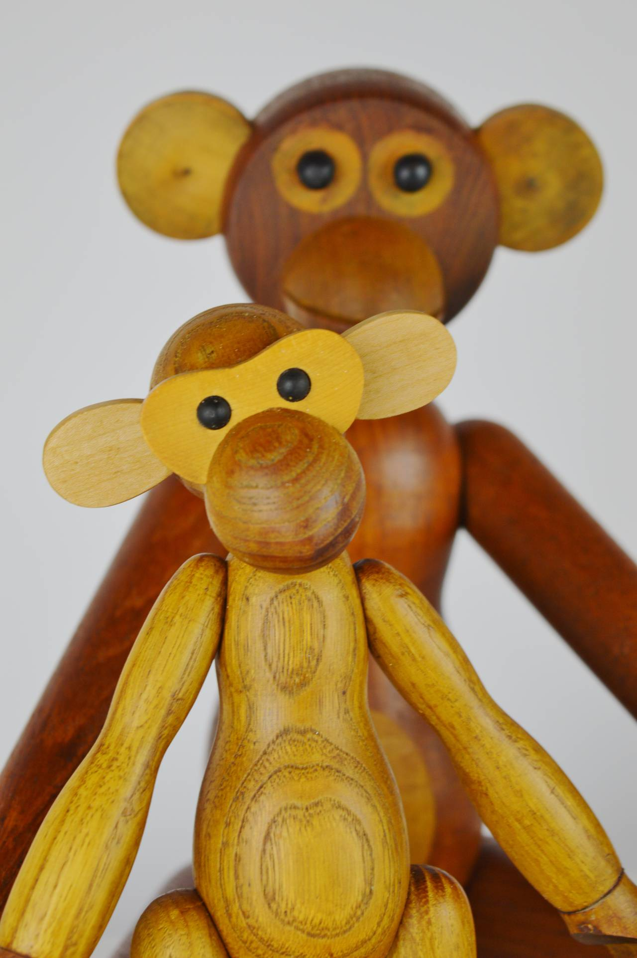Carved Pair of Vintage Articulated Monkeys in Teak and Other Woods For Sale