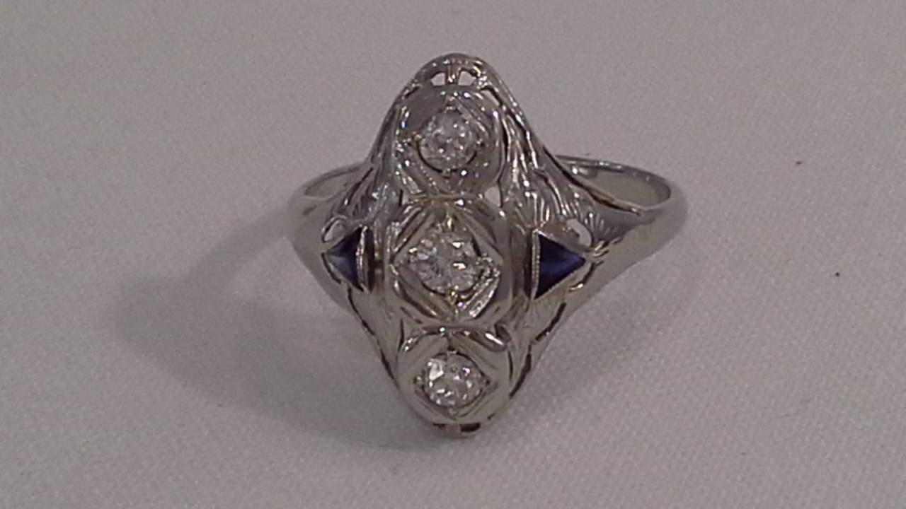 Art Deco Diamond and Sapphire Ring Set in 18k White Gold In Good Condition For Sale In Ottawa, Ontario