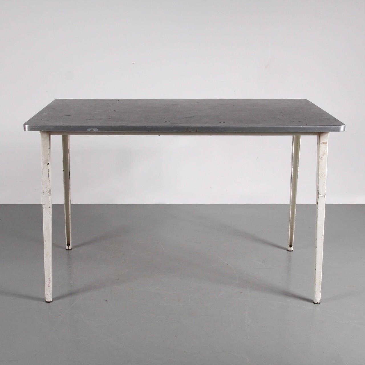 Table, model Reform, designed by Friso Kramer around 1950. Manufactured by De Cirkel (Netherlands) Enamelled folded sheet metal frame in excellent original condition.  Winner of the prestigious Signe D'Or award in 1960.  Literarure: Friso
