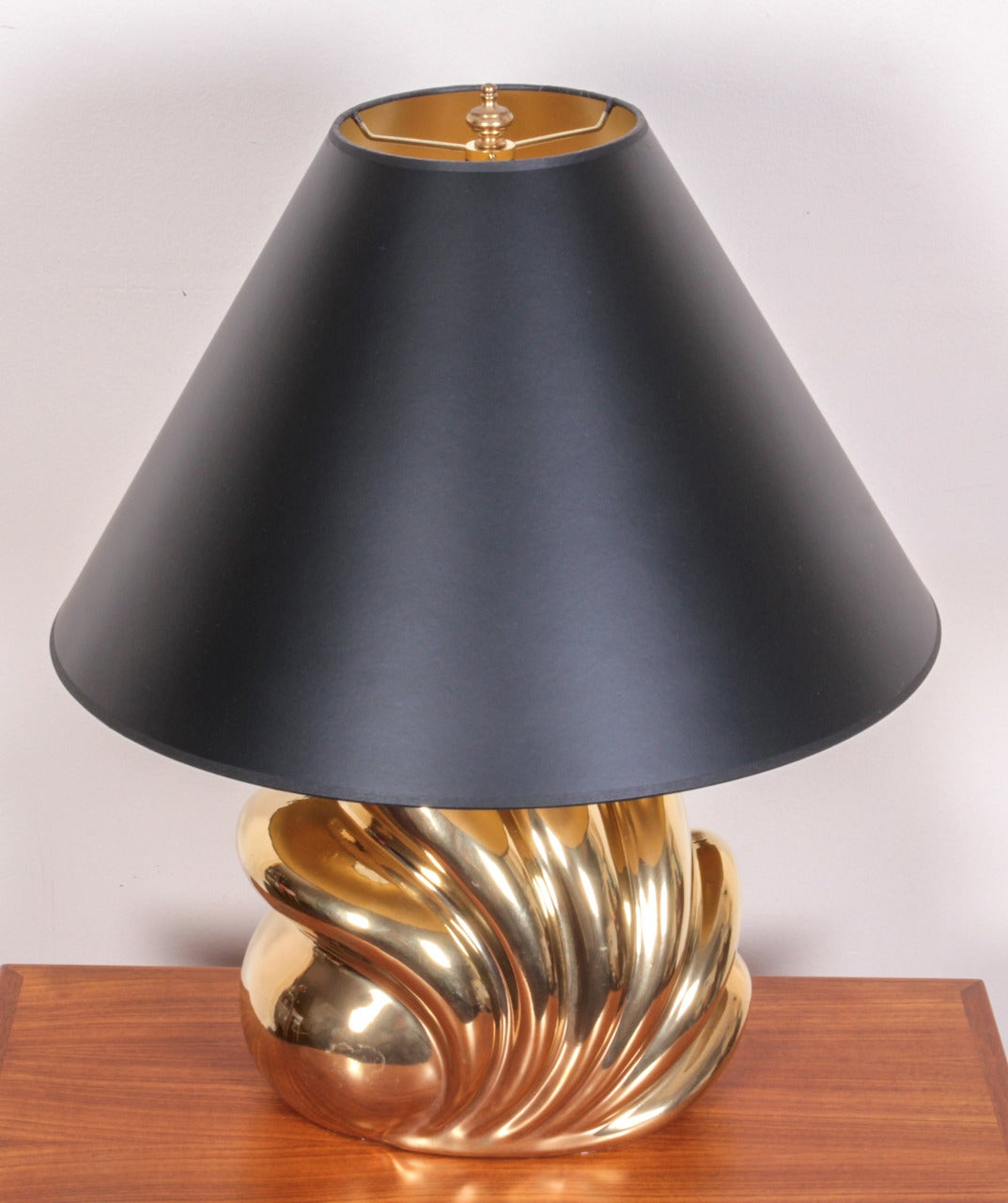 Mid-Century Modern Pair of Decorative Gold Luster Shell Lamps For Sale