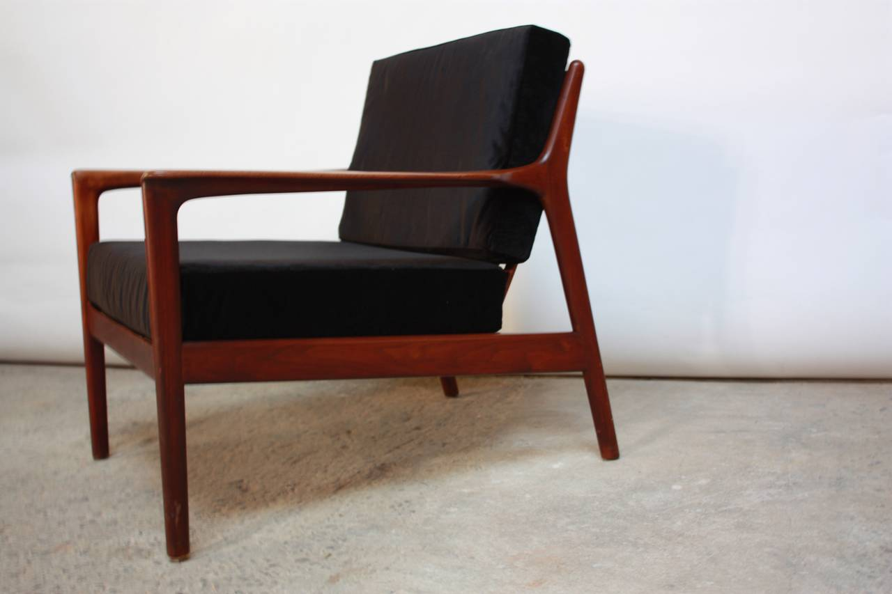 Danish Modern Lounge Chair in Velvet and Teak For Sale 2