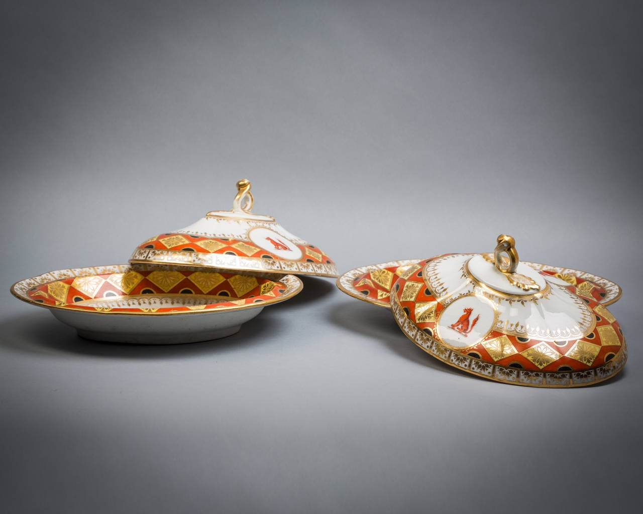 Pair of Chamberlain Worcester Covered Entree Dishes, circa 1820 In Excellent Condition For Sale In New York, NY