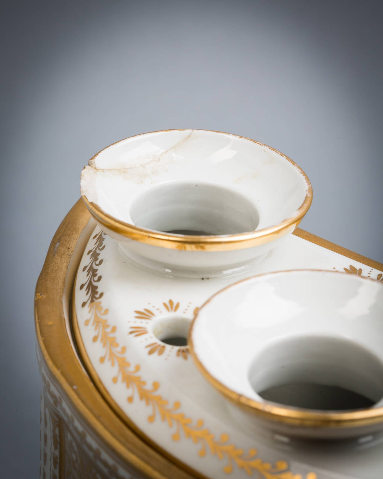 Pair of English Porcelain Demilune Boughpots and Covers, Coalport, circa 1820 In Good Condition For Sale In New York, NY