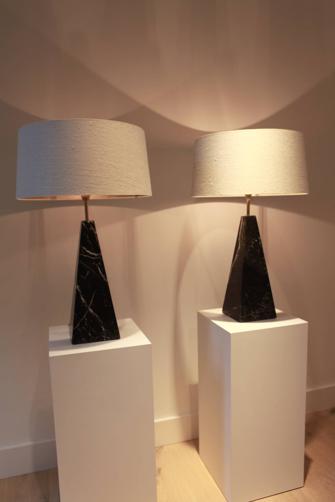 A pair of table lamps in the obelisk shape, made of black Madagascan marble, brass mounting, new rewired, handmade silk shades, Italy, 1970s.