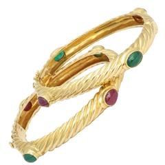1960s Pair Of Ridged Textured Twisted Emerald Ruby Gold Bangle Bracelets