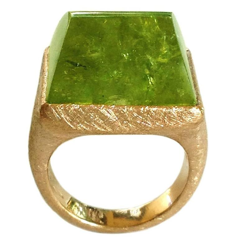 Dalben Green Garnet Scratch Engraved Gold Ring