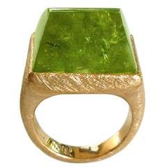 Dalben Green Garnet Scratch Engraved Gold Ring