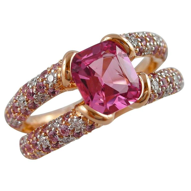 Jona design collection, designed and hand crafted in Italy, 18 Karat rose gold ring, set with one Pink Spinel weighing 1,41carats. On either side of the vivid center stone a split shank set with brilliant-cut round white diamonds weighing 0.22