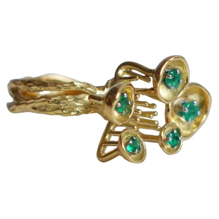 1970s Sculptural 18K Gold and Emerald Ring For Sale