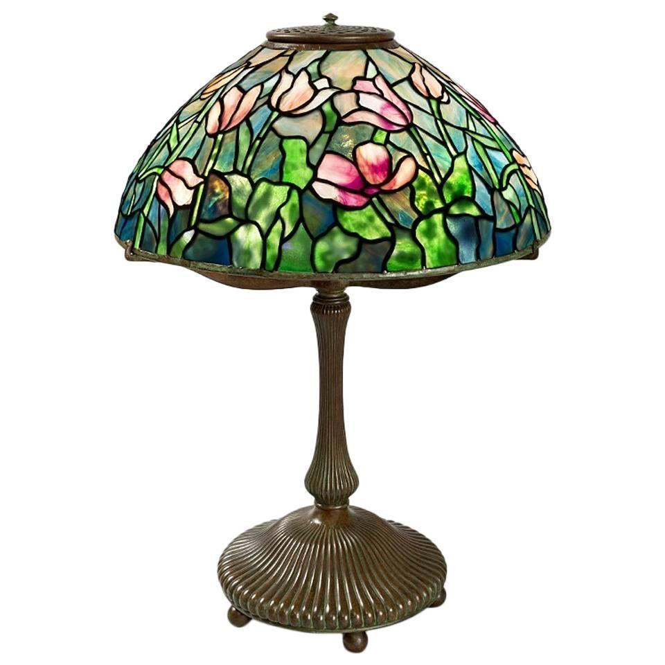 tiffany studios new york tulip table lamp for sale at 1stdibs. Black Bedroom Furniture Sets. Home Design Ideas