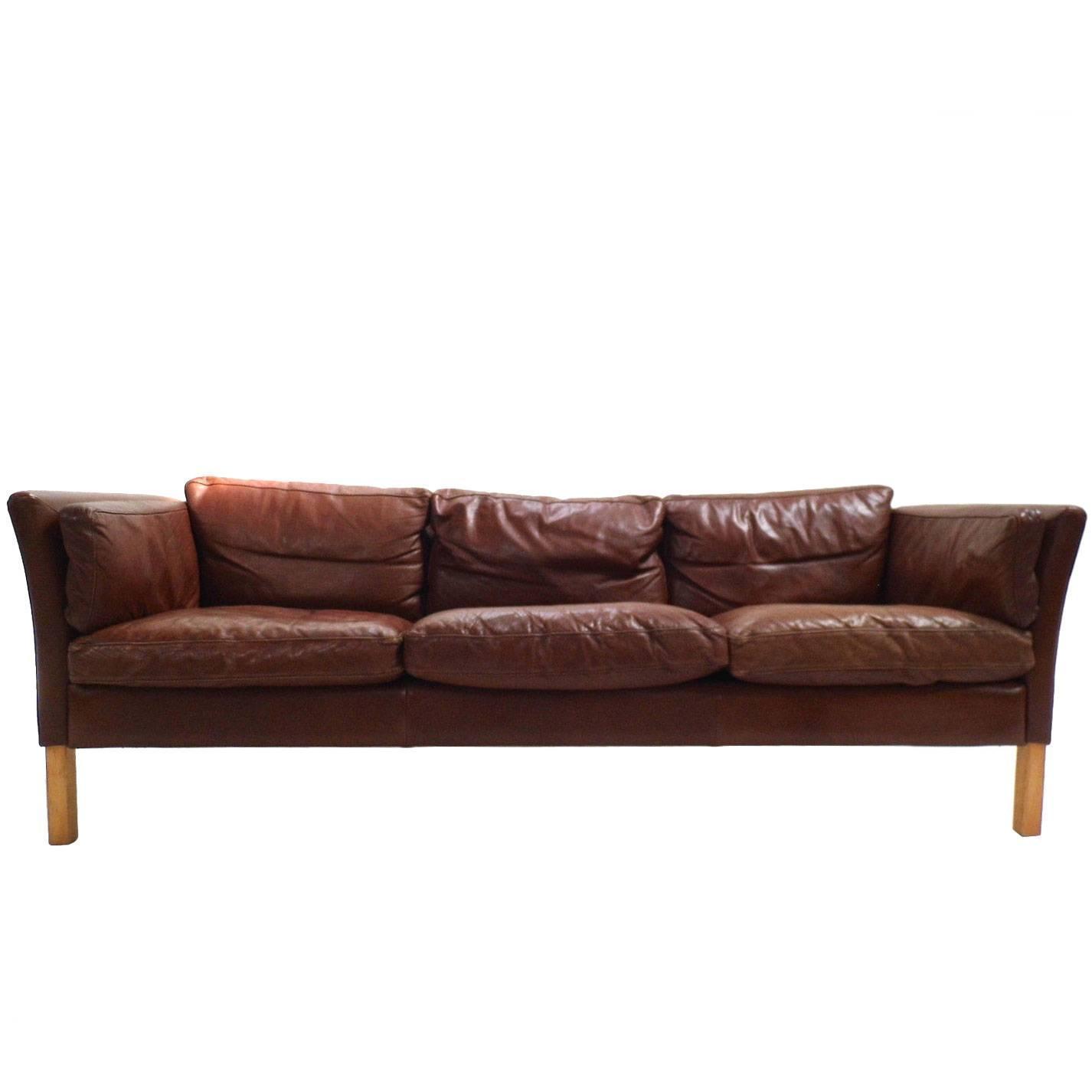 Sofá Clapton: Danish Chestnut Brown Leather Three-Seat Sofa, Midcentury