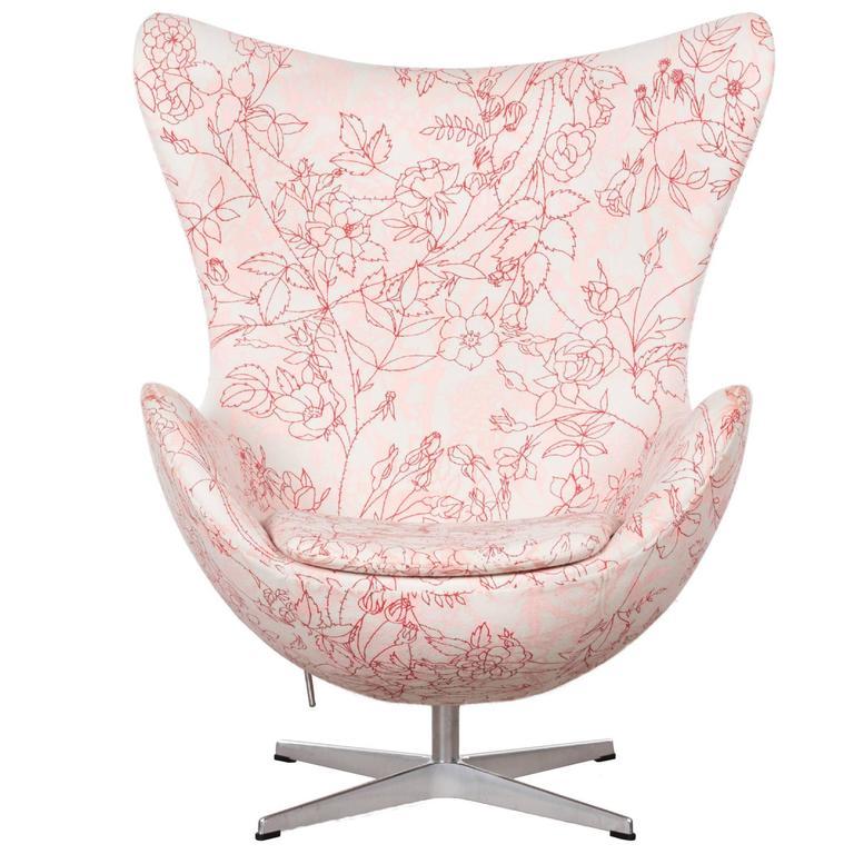 Incroyable Arne Jacobsen Egg Chair In Elegent Fabric With Rose Motifv For Fritz Hansen  For Sale